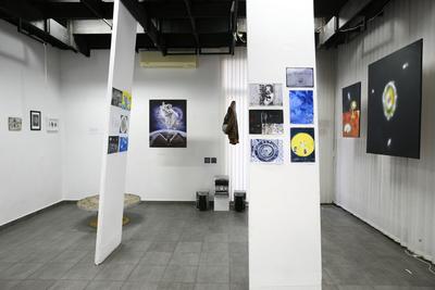 Przestrzeń  wewnętrzna (mała sala) z fragmentem wystawy zbiorowej