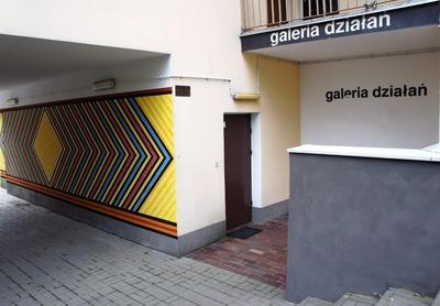 Przestrzeń zewnętrzna galerii z muralem wykonanym dla galerii, fot. Wojciech Różyński